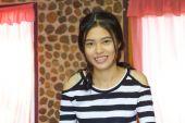Heureuse jeune fille souriante d'asie — Photo
