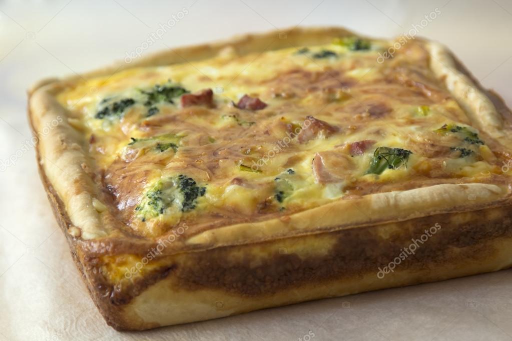 Quiche Lorraine , gâteau Français traditionnel au jambon, brocoli, oignons  et fromage \u2014 Image de ollab