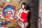 Vacker kinesisk kvinna av graffiti väggar — Stockfoto