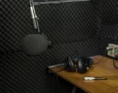 Dynamic microphone in recording studio — Stock Photo