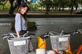Chinese woman by U-bike rental bikes in Taipei City — Stock Photo