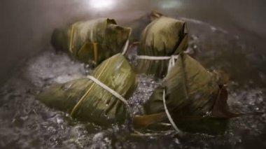 Zongzi fervendo em um wok — Vídeo stock