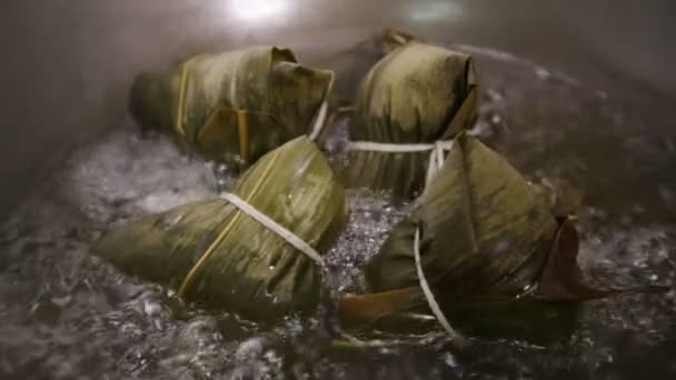 Zongzi hirviendo en un wok — Vídeo de stock