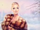 Woman in Luxury Fur Coat — Stock fotografie