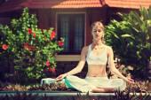 女人练习瑜伽 — 图库照片