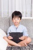 Pojke leker med digital tablet — Stockfoto