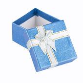 Beyaz izole hediye kutusu — Stok fotoğraf