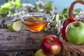 Honey and apples — Stock Photo