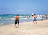 Two men play Matkot in the Israeli beach — Stock Photo