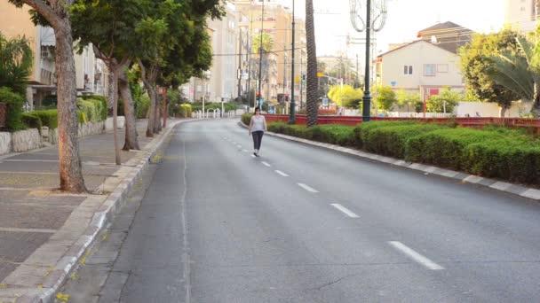 Mujer caminando sola por una calle desierta de la ciudad — Vídeo de stock