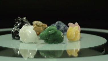 Stone rabbits figurines rotate — Stock Video