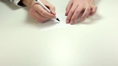 Writing Exclamation mark on note paper — Stockvideo