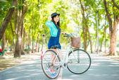 Молодая красивая женщина Азии с велосипедов в летний парк — Стоковое фото