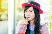 Asijské ženy pití jahodový limonády v kavárně — Stock fotografie