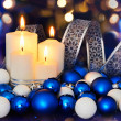 Brandende kaarsen en blauw wit kerstboom decoraties op de — Stockfoto #55980929
