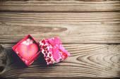 Caixa de presente com um coração em um fundo de madeira. horizontal — Fotografia Stock