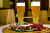 Cerveza con salchichas a la parrilla y costillitas de cerdo. — Foto de Stock