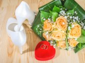Wedding shoes, rings and bouquet — Stock fotografie
