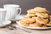Cups of tea with almond biscuits with lemon — Stock Photo