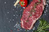 新鮮なハーブと塩で生肉ステーキ — ストック写真