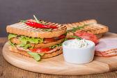 классический клубный сэндвич с беконом и овощами — Стоковое фото