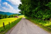 Barn and fields along a country road in the rural Potomac Highla — Stock Photo