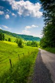 Farm fields along a dirt road in the rural Potomac Highlands of  — Stock Photo