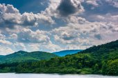 Lake and windmills on a mountain ridge in the rural Potomac High — Stock Photo