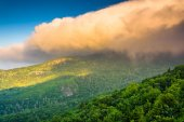 Morning light on low clouds over Grandfather Mountain, seen from — Stock Photo