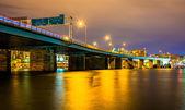 En bro på natten i washington, dc. — Stockfoto