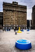 Art installation and One City Plaza in Center City, Philadelphia — Stock Photo