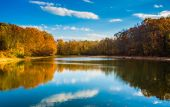 Autumn color at Lake Marburg, Codorus State Park, Pennsylvania. — Stock Photo