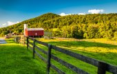 Barn and fields on a farm in the Shenandoah Valley, Virginia. — Stock Photo