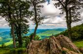 Boulders, trees, and view of the Blue Ridge at an overlook on Sk — Stock Photo