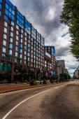 Building along a divided street in Boston , Massachusetts.  — Stock Photo