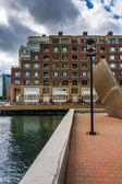 Byggnad längs vattnet i boston, massachusetts. — Stockfoto