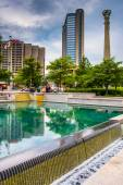 Buildings and reflecting pool at Centennial Olympic Park in down — Stock Photo