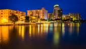 Gebäude auf dem westlichen Ufer bei Nacht, Miami Beach, florida. — Stockfoto