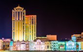 Colorful buildings along the boardwalk at night in Atlantic City — Stock Photo