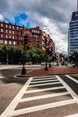 Crosswalk and buildings on a street in Boston, Massachusetts.  — Stock Photo
