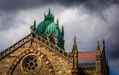 Dunkle Wolken über eine Kathedrale in Boston, massachusetts. — Stockfoto