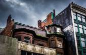 Dark clouds over run-down buildings in Boston, Massachusetts.  — Stock Photo