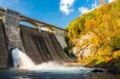 Early autumn color and Prettyboy Dam, on the Gunpowder River in  — Stock Photo