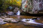 Early autumn color at Kilgore Falls, at Rocks State Park, Maryla — Stock Photo