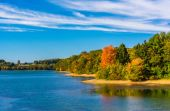 Early autumn color on the shore of Lake Marburg, in Codorus Stat — Stock Photo