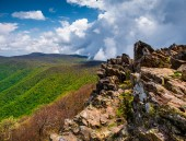 Early spring view from cliffs on Hawksbill Summit, Shenandoah Na — Stock Photo