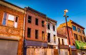 Noche de luz en edificios abandonados en el antiguo centro comercial de la ciudad, baltimore — Foto de Stock