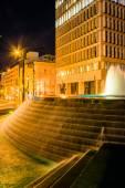фонтаны и здания в ночное время в вудрафф парке в центре города на — Стоковое фото