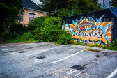 Graffiti on a wall and a parking lot in Little Five Points, Atla — Stock Photo