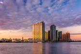 Long Island City at sunrise, seen from Roosevelt Island, New Yor — Stock Photo